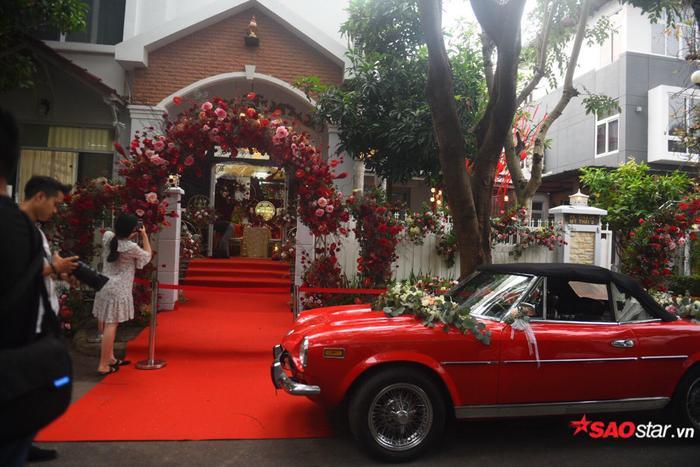 Được biết, chiếc xế hộp màu đỏ này của Ông Cao Thắng là dòng xe cổ Fiat 124 Sport Spider. Xe cógắn logo Abarth và màuđỏ tượng trưng cho màu hạnh phúc, được trang trí hoa trước mui và sau xe.