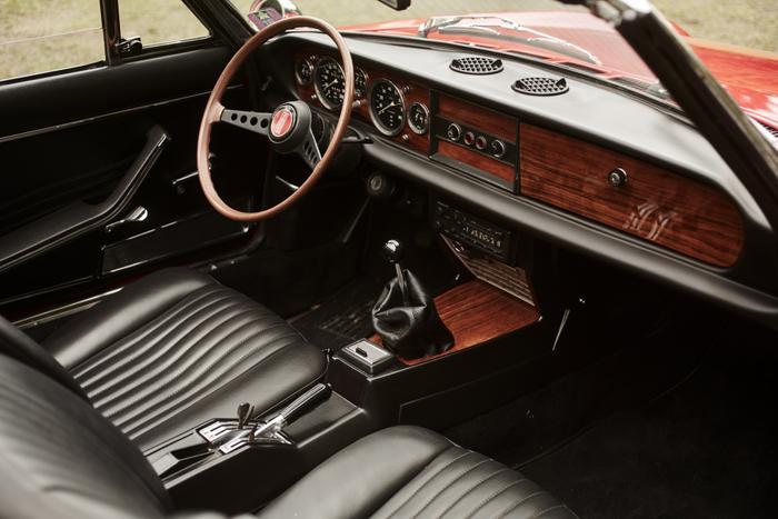 Fiat 124 Sport Spider còn được biết đến là một trong những mẫu xe có vô lăng quyến rũ mang tính biểu tượng của mọi thời đại. Theo đó, xe sở hữu vô lăng hai chấu, tròn và dẹt được tô điểm bởi phần xung quanh bằng gỗ,tạo nên nét cá tính riêng biệt.