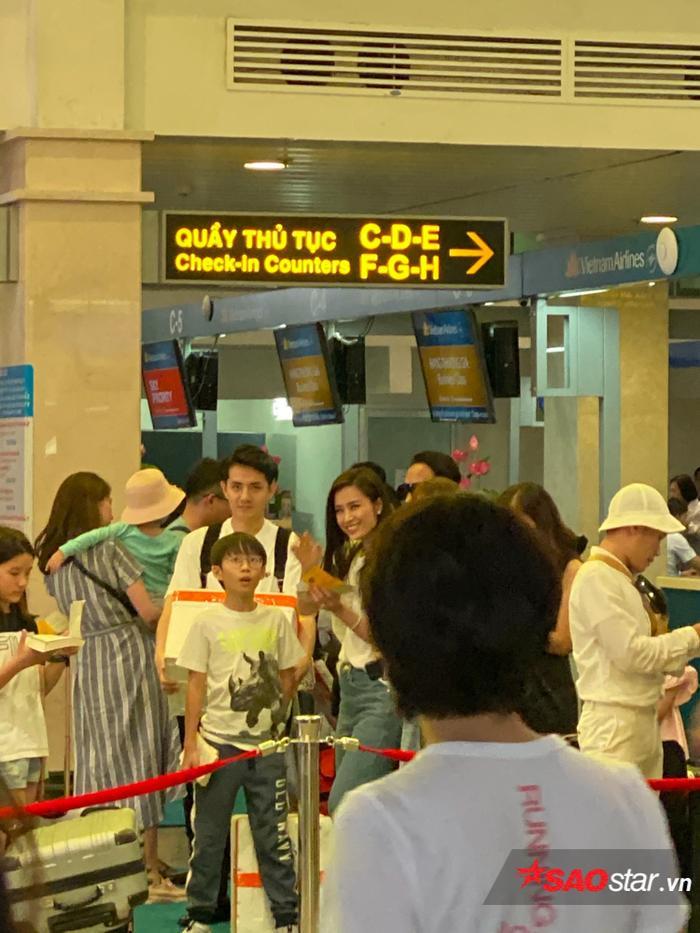Ông Cao Thắng và Đông Nhi rạng rỡ tại sân bay, lên đường đến Phú Quốc chuẩn bị cho siêu đám cưới ảnh 2