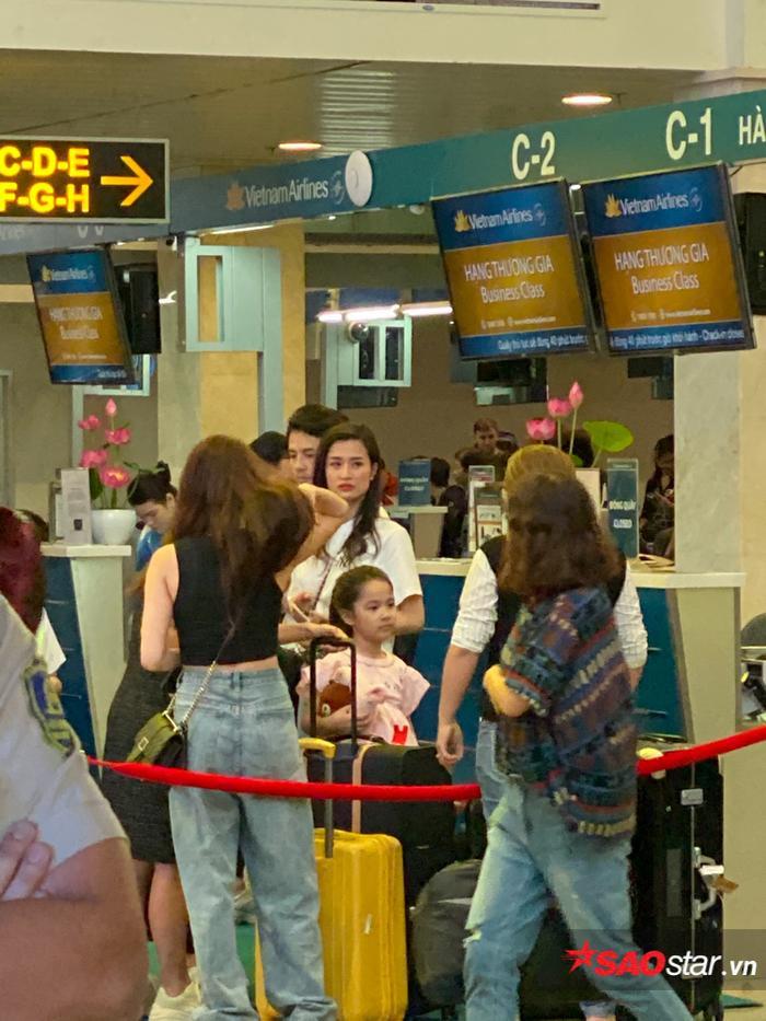 Ông Cao Thắng và Đông Nhi rạng rỡ tại sân bay, lên đường đến Phú Quốc chuẩn bị cho siêu đám cưới ảnh 3