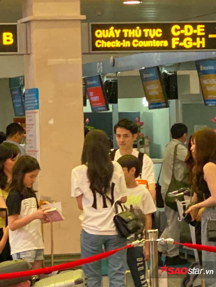 Ông Cao Thắng và Đông Nhi rạng rỡ tại sân bay, lên đường đến Phú Quốc chuẩn bị cho siêu đám cưới ảnh 5
