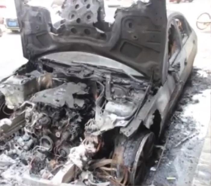 Chiếc xe cháy đen sau vụ tai nạn từ trên trời rơi xuống.