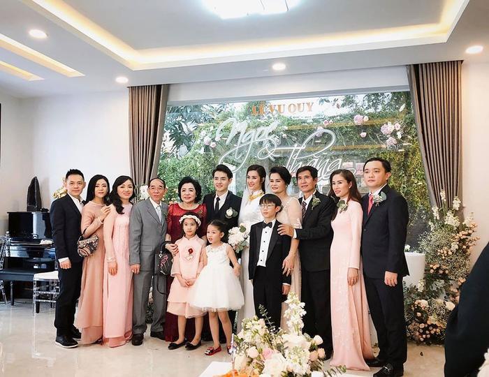 Bố mẹ Ông Cao Thắng (thứ tư và năm từ trái qua) rạng ngời hạnh phúc trong ngày vui của con trai.
