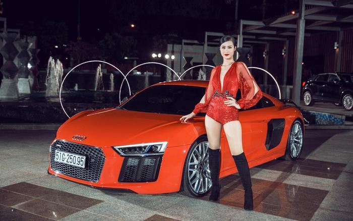Với mức giá 13 tỷ đồng (đã bao gồm tất cả các loại thuế), siêu xe Audi R8 V10 Plus mà Đông Nhi và Ông Cao Thắng tậu ngang ngửa siêu bò Lamborghini. Cặp đôi cũng chính thức lànhững nghệ sĩ Việt Nam đầu tiên sở hữu chiếc siêu xe này thời điểm đó.