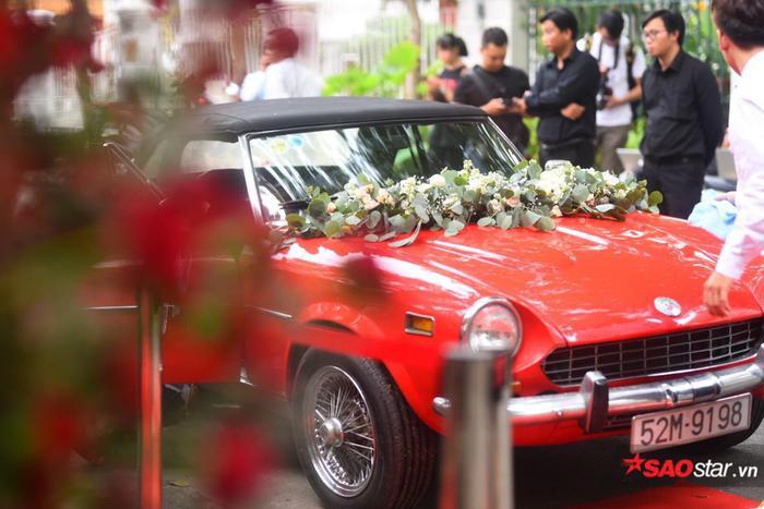 Trong ngày trọng đại của cặp đôi có sự xuất hiện của hàng loạt xe sang, siêu xe nổi bật là chiếc Fiat 124 Sport Spider màu đỏ có giá khoảng 6,5 tỷ tại thị trường Mỹ.