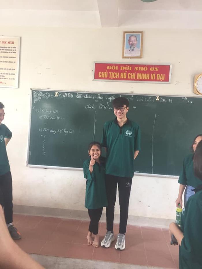 """Hình ảnh cặp đôi """"đũa lệch"""" gây sốt mạng xã hội. Ảnh: Quỳnh Anh/Group Trường Người Ta"""