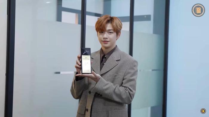 Kang Daniel cùng chiếc cúp.