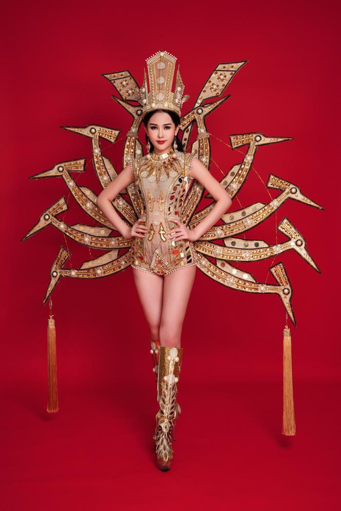 Lê Âu Ngân Anh cũng được NTK họ Ngô chuẩn bị cho một bộ trang phục dân tộc ấn tượng tại cuộc thi Hoa hậu Liên Lục Địa 2018.
