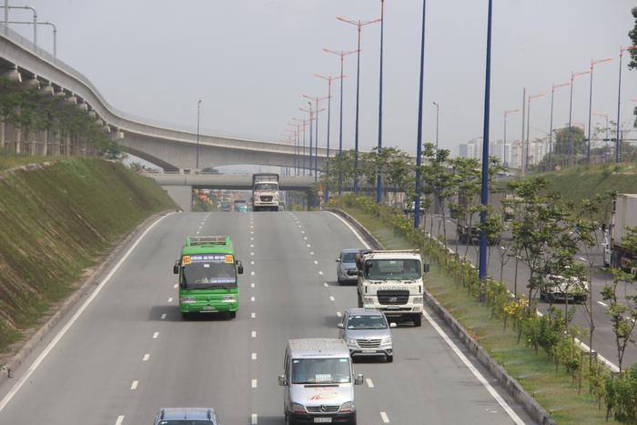 Hầm chui được thiết kế hầm hở với 8 làn xe lưu thông.Nguồn:https://www.baogiaothong.vn/chinh-thuc-thong-xe-ham-chui-giai-toa-un-tac-cua-ngo-tphcm-d441229.html