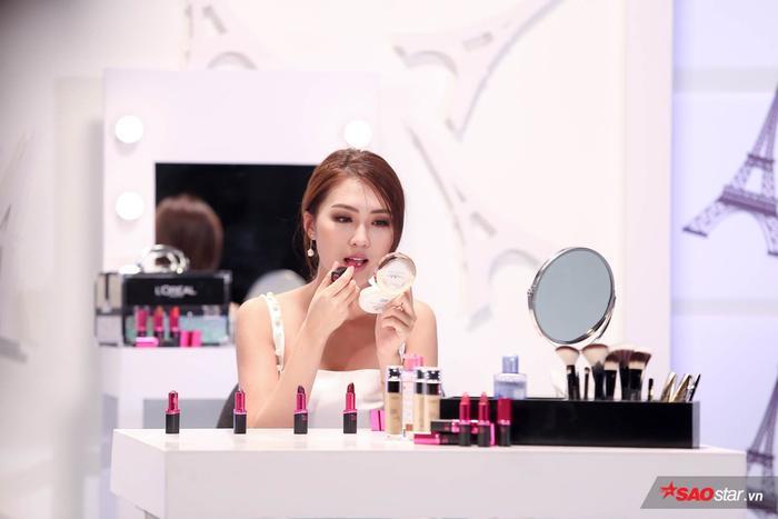 Tường Linh được đào tạo làm Beauty Blogger tại The Face 2017.