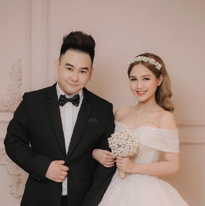 Sau màn cầu hôn cùng những bức ảnh cưới ngọt ngào được hé lộ thì cặp đôi trai tài gái sắc đã tổ chức đám hỏi kín đáo tại tư gia.