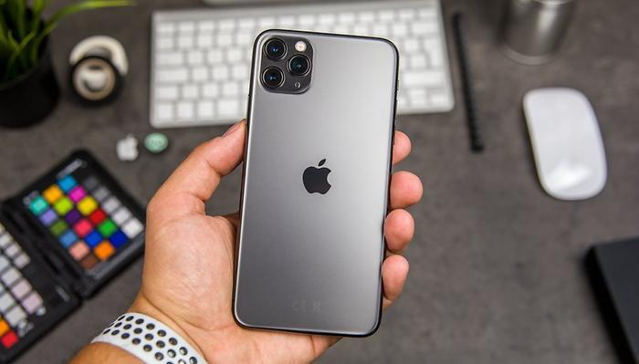 iPhone 11 Pro Max vẫn có thiết kế cấu thành từ nhôm và kính, song mặt kính của nó có hiệu ứng nhám.(Ảnh: AndroidPIT)