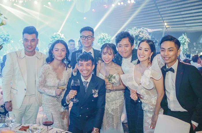 Đám cưới của con gái Minh Nhựa có sự của nhiều ca sĩ nổi tiếng như Phạm Quỳnh Anh, Ưng Hoàng Phúc,…