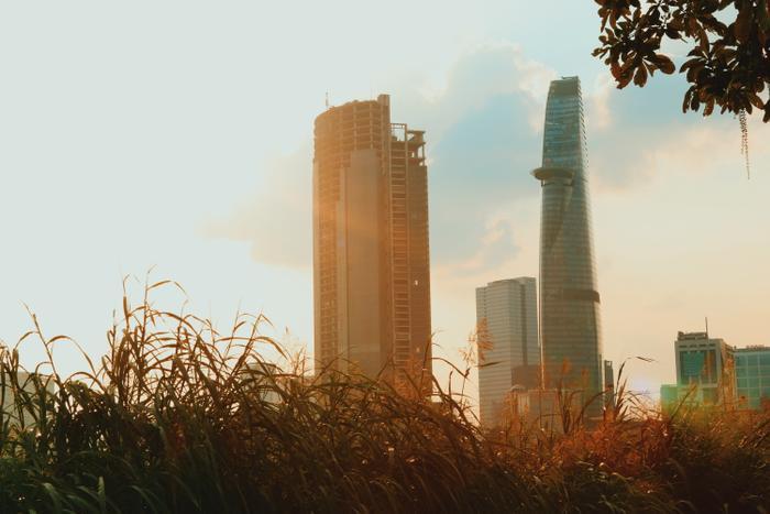 Sáng sớm mở cửa thấy gió lùa vào, dân Sài Gòn bèn than trời vì lạnh nhưng dân Hà Nội cũng chỉ xem là mát mẻ ngoài da.