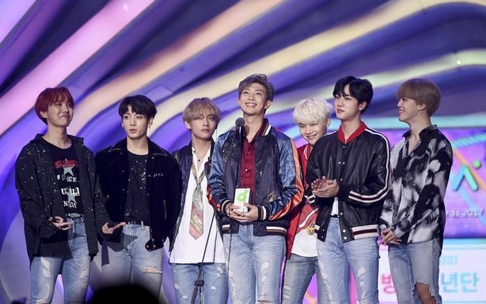 Khoảnh khắc BTS chiến thắng Melon Music Award 2017 tại hạng mục Song Of The Year.