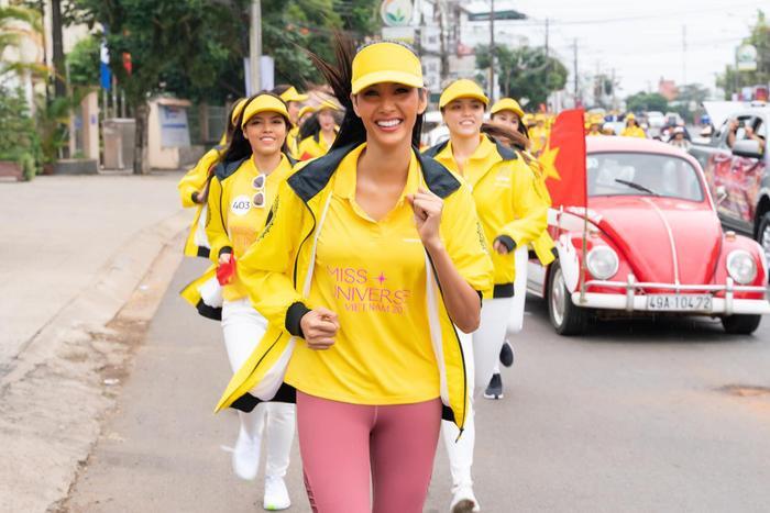 Tái ngộ HHen Niê, Lệ Hằng  Mâu Thủy tranh nhau làm Hoàng Thùy để được thi Miss Universe 2019? ảnh 2