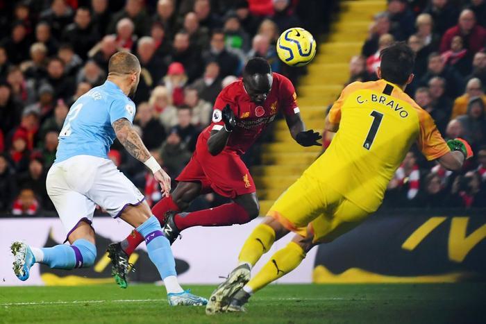 Mane nâng tỉ số lên 3-0 cho Liverpool.