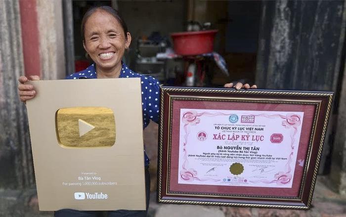 Bà Tân Vlogđã xuất sắc lọt top 3 kênh đạt nút vàng nhanh nhất trên thế giới, qua đó xác lập Kỷ lục Guiness Việt Nam.
