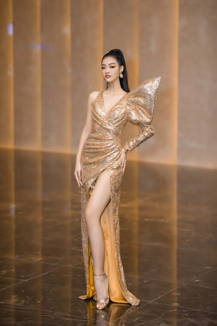Chọn cho mình chiếc váy ánh kim bất đối xứng, khoe được làn da trắng và đôi chân dài miên man, Kiều Loan nhanh chóng thu hút sự chú ý của khán giả.