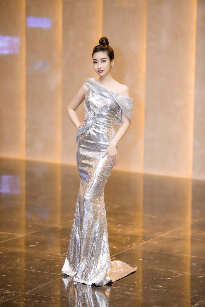 Đỗ Mỹ Linh tiếp tục níu ánh nhìn khi chọn cho mình chiếc váy ôm sát mang tông màu bạc lấp lánh.