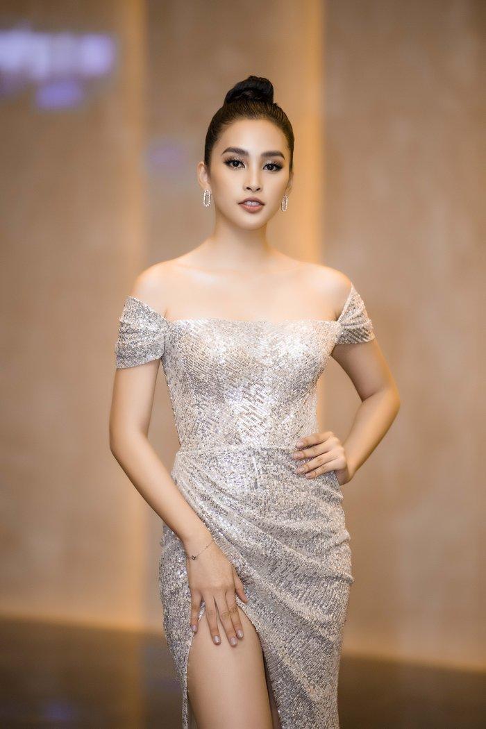 Hoa hậu Tiểu Vy khoe vẻ đẹp mặn mà. Cô nàng mới công khai tuyên bố tiểu phẫu làm nha, khiến nhan sắc thêm phần lộng lẫy, tròn đầy.