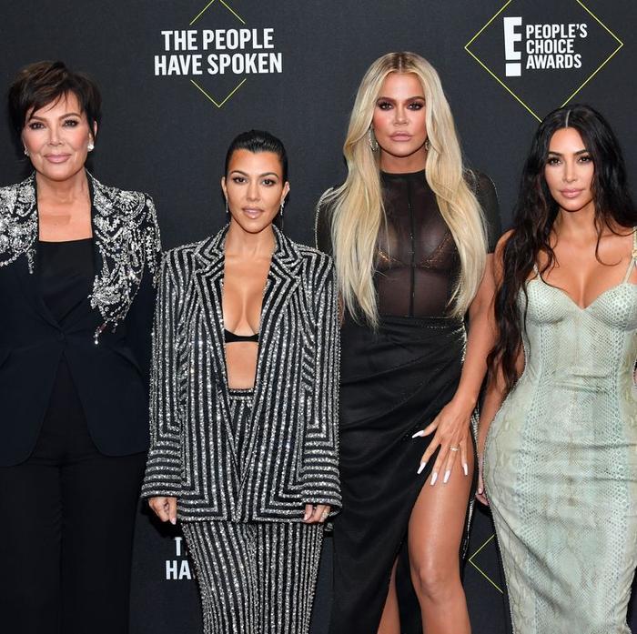 Dàn mỹ nữ nhà Kardashians khoe trên hở dưới chặt đẹp thảm đỏ Peoples Choice Awards ảnh 1