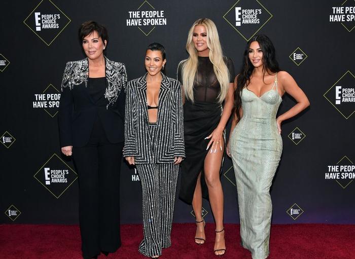 Dàn mỹ nữ nhà Kardashians khoe trên hở dưới chặt đẹp thảm đỏ Peoples Choice Awards ảnh 2