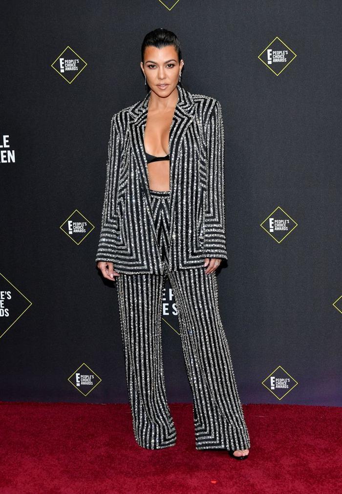 Dàn mỹ nữ nhà Kardashians khoe trên hở dưới chặt đẹp thảm đỏ Peoples Choice Awards ảnh 5