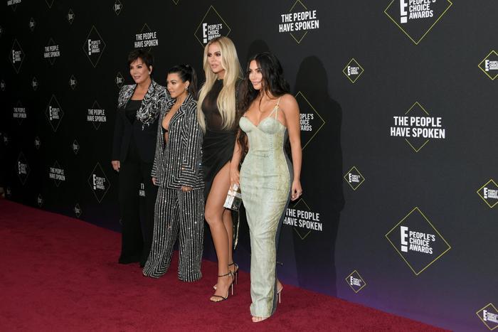 Dàn mỹ nữ nhà Kardashians khoe trên hở dưới chặt đẹp thảm đỏ Peoples Choice Awards ảnh 0