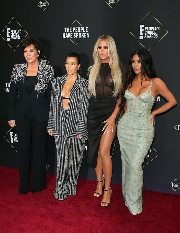 Dàn mỹ nữ nhà Kardashians khoe trên hở dưới chặt đẹp thảm đỏ Peoples Choice Awards ảnh 9