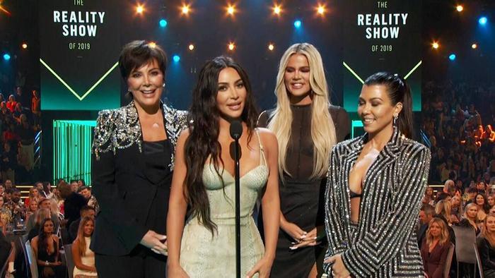 Dàn mỹ nữ nhà Kardashians khoe trên hở dưới chặt đẹp thảm đỏ Peoples Choice Awards ảnh 10