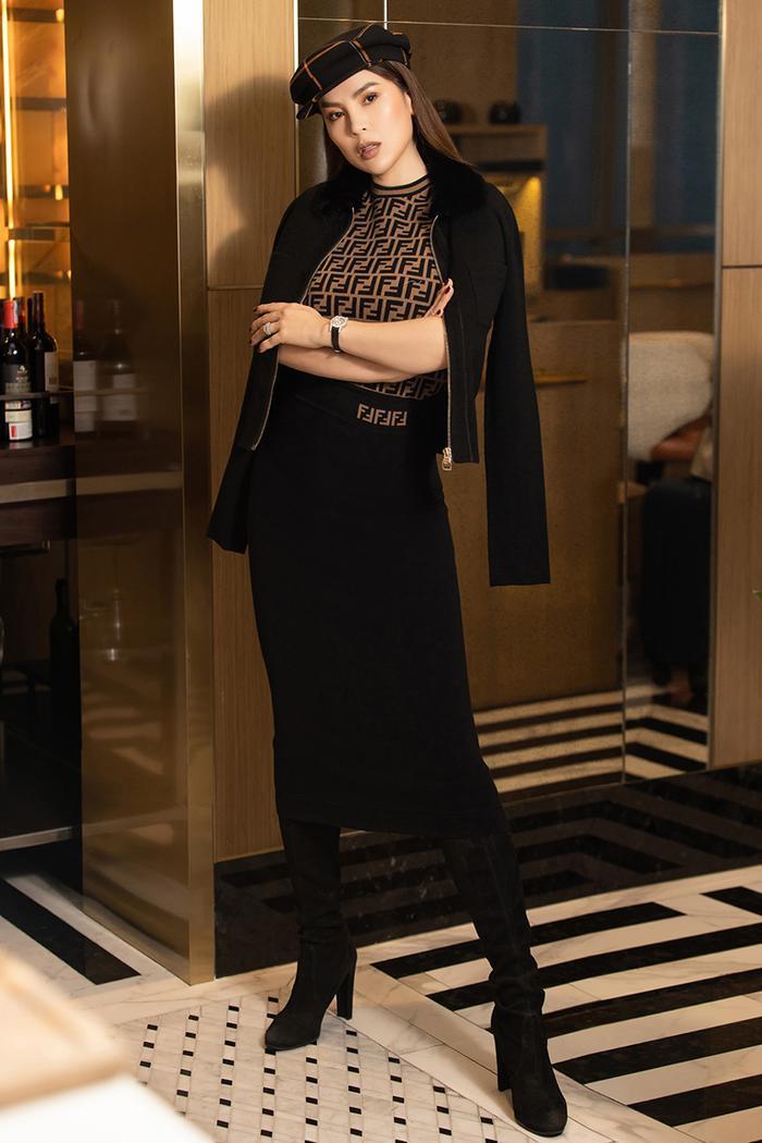 Áo Fendy mix với đồ hồ đắt giá và áo khoác da sành điệu