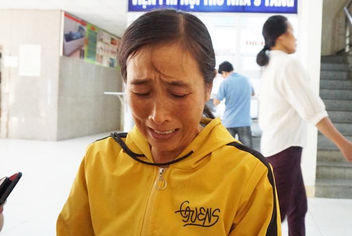 Bà Liên cúi đầu bật khóc bên ngoài phòng bệnh.