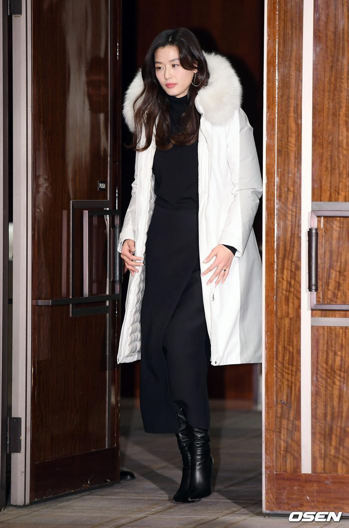 Jeon Ji Hyun mang vẻ đẹp quý phái, sang trọng ở tuổi 38.