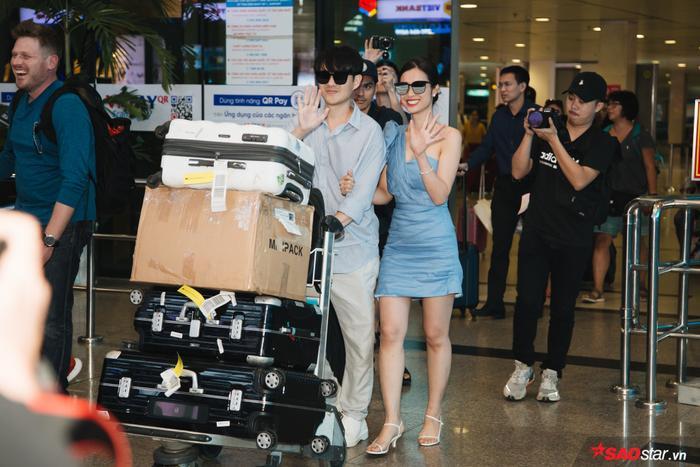 Đông Nhi – Ông Cao Thắng xuất hiện tại sân bay chiều nay.