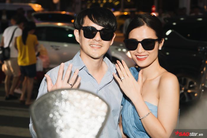 """Đôi """"vợ chồng son"""" Đông Nhi – Ông Cao Thắng thu hút đông đảo sự chú ý khi trở về TP HCM."""