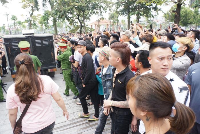 Hàng nghìn người tập trung bên ngoài cổng toà.