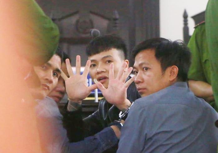 """Khá """"Bảnh"""" giơ 10 ngón tay lên sau khi bị toà tuyên án."""