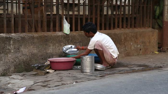 Thakkar sinh sống bằng việc rửa bát thuê (ảnh minh họa).