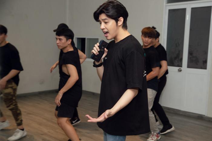 Để có được phần trình diễn chỉn chu nhất, Noo Phước Thịnh đã dốc sức tập luyện cùng vũ đoàn.