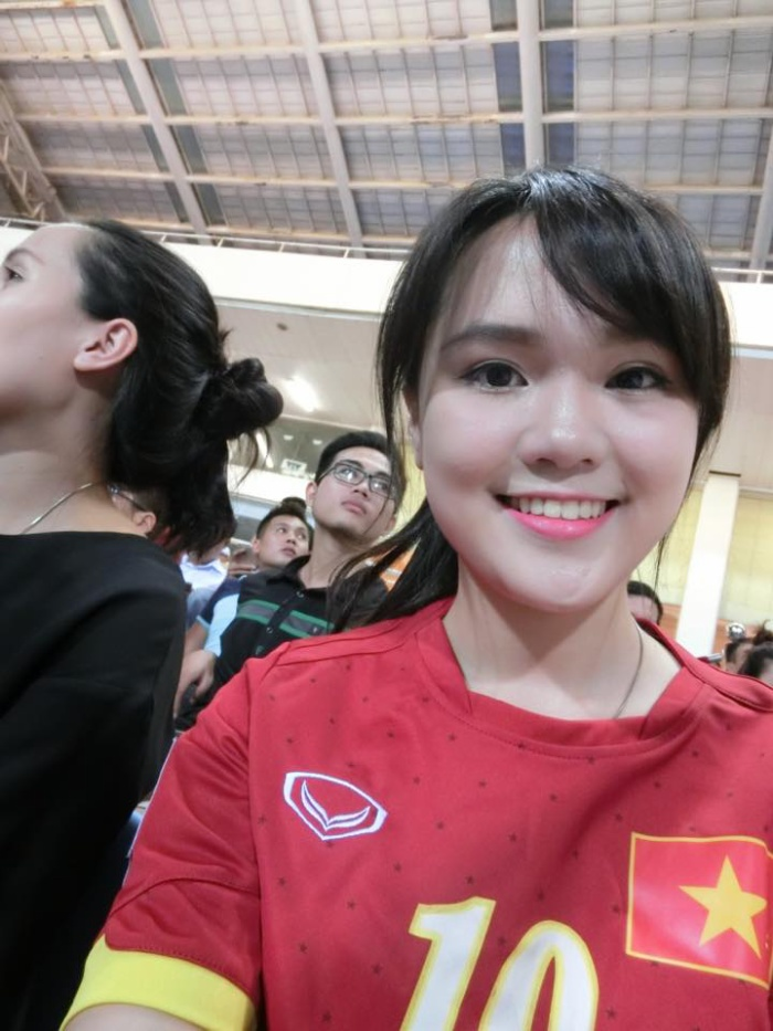 Nguyễn Quỳnh Anh, bạn gái trung vệ Duy Mạnh cũng thu hút sự chú ý nhờ vẻ đẹp trong sáng.
