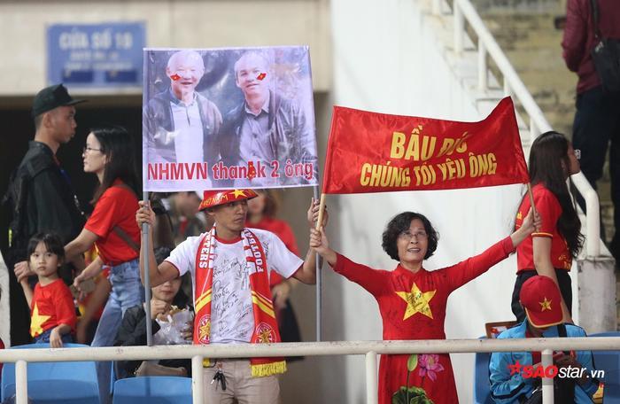 Người hâm mộ Việt Nam bày tỏ tình yêu rất lớn dành cho bầu Đức và HLV Park Hang Seo.