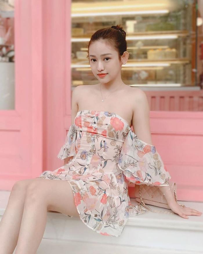 Dù trời lạnh nhưng Thúy Vi nhất định chọn váy khoe vai trần giữa thời tiết chuyển đông ở Hà Nội.