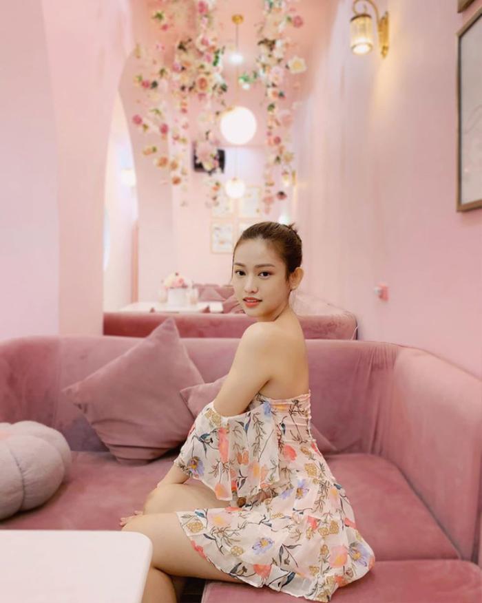 Trên trang cá nhân, cô nàng cũng nhận mình là bánh bèo khi diện váy hoa mỏng tang.