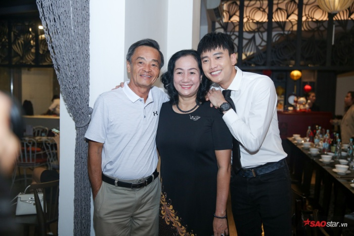 Bố mẹ của nam diễn viên cũng có mặt để cổ vũ tinh thần con trai.