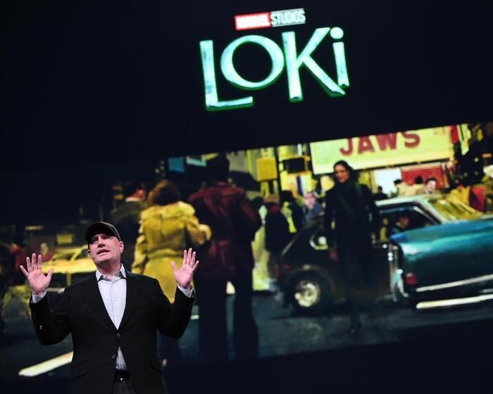 Hình ảnh cho thấy Loki đang ở năm 1975 thông qua tựa phim Jaws.