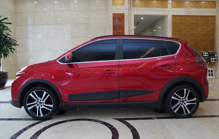 Còn xe màu đỏ có đường nét mềm mại, được xác định ở phân khúc B.