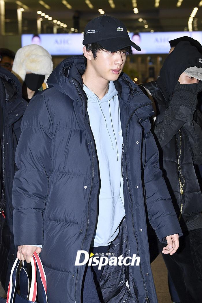 Jin khoe mặt mộc tựa mỹ nam, áp đảo toàn bộ thành viên còn lại của BTS tại sân bay ảnh 5