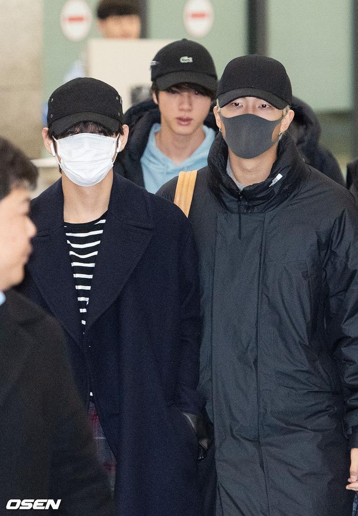 Jin khoe mặt mộc tựa mỹ nam, áp đảo toàn bộ thành viên còn lại của BTS tại sân bay ảnh 16