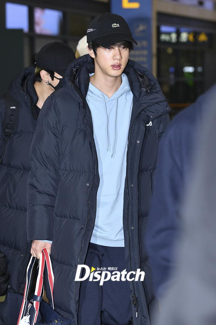 Jin khoe mặt mộc tựa mỹ nam, áp đảo toàn bộ thành viên còn lại của BTS tại sân bay ảnh 6